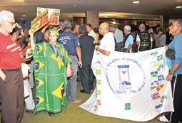 Aposentados pressionam parlamentares para a aprovar medidas que proporcionem melhorias nas regras para se aposentar.