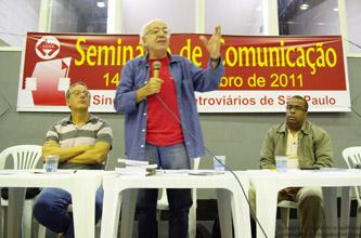 Na mesa, da esquerda para a direita: Maringoni e Vito Giannotti, palestrantes e, Ciro Moraes, diretor de imprensa do Sindicato