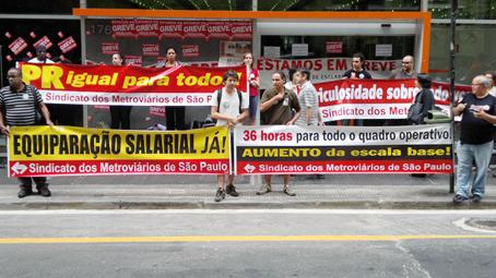 Ato público realizado em 20/9/12 em frente ao Edifício Cidade II, sede da empresa