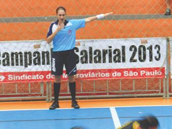 A arbitra Renata Leite apitando uma partida do XXII Campeonato de Futsal do Sindicato