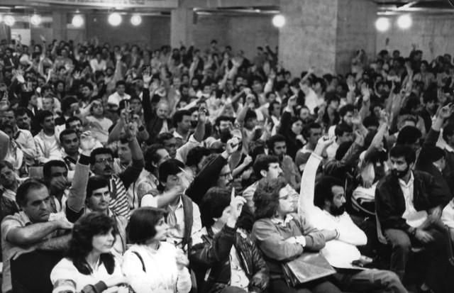 assembléia no sindicato dos metalurgicos de são paulo que aprovou decisão judicial e deliberou op. padrão e dia de luta - maio/85