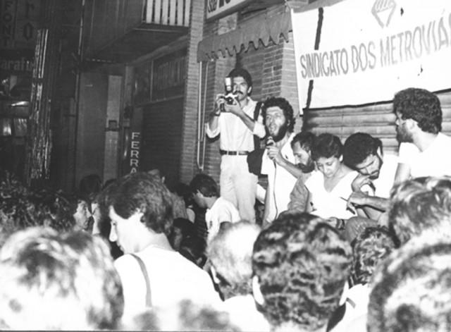 assembléia em frente a sede do sindicato na florencio de abreu, sindicato sob intervenção, campanha salarial maio/1984 maio/1984